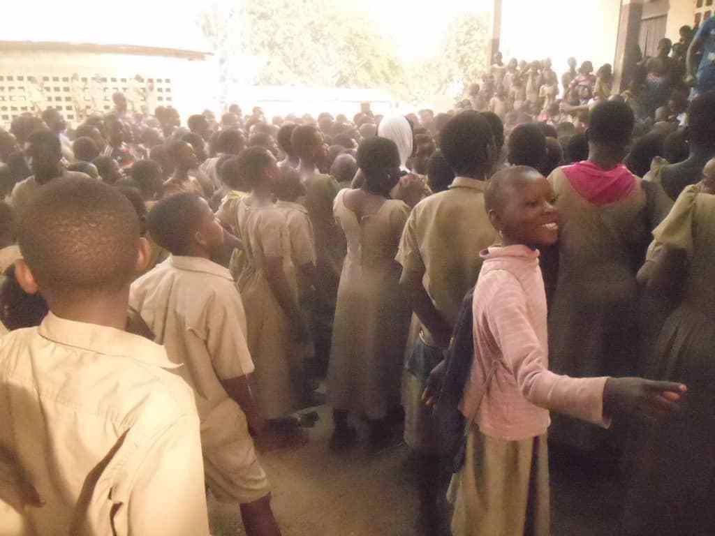 Kinder in Sokodé nehmen an einer Sensibilisierungsveranstaltung teil.